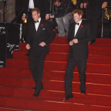 Prince William (left) and his brother Prince Harry arrive for the world premiere of the new James B Fotografisk tryk