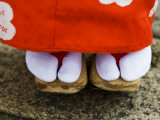 Feet and Dress of a Young Maiko (Apprentice Geisha) Girl in Shirakawa-Miname-Dori Street Fotografisk tryk af Greg Elms