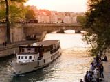 Cruiseboat and Sunset on the Seine Reproduction photographique par Glenn Beanland