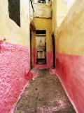 Bright Narrow Alley in Backstreet Souk Fotografie-Druck von Eoin Clarke