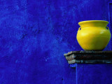Yellow Pot and Blue Wall Fotografisk trykk av Douglas Steakley