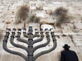 The Wailing Wall and Hanuka Chandelier Fotografisk tryk af Izzet Keribar