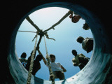 Locals Look Down the Newly Completed Well in St Louis Lámina fotográfica por Eric Wheater