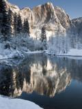 Yosemite Falls in Winter Reflected in the Merced Rive Fotografie-Druck von Douglas Steakley