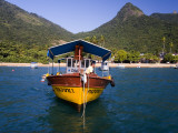 Man on Moored Boat Off Ilha Grande Shore Reproduction photographique par Micah Wright