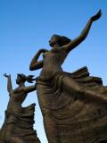 Statue of Women Outside Hiroshima Train Station Fotografisk tryk af Antony Giblin