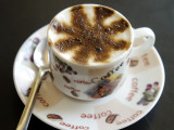 Macchiato Coffee at Coffee Shop on Haile Selasse Street 写真プリント : トム・コックレム