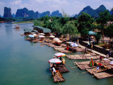 Tourists Raft Landing Site on Yukong River Near Yangshuo Reproduction photographique par Krzysztof Dydynski