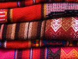 Typical Bolivian Weavings at Street Craft Stall, Calle Linares Reproduction photographique par Krzysztof Dydynski