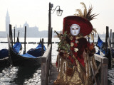 Masked Person in Costume by Gondolas Near St. Mark's Square Fotografisk trykk av Ruth Eastham & Max Paoli
