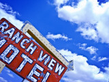 Weather-Beaten Sign of Roadside Hotel Fotografisk trykk av Ray Laskowitz