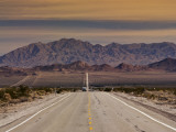 Route 66 Near Chambless with Marble Mountains in Distance, Mojave Desert Fotografie-Druck von Witold Skrypczak