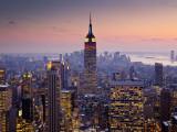 Empire State Building set fra Rockefeller Center i tusmørke Fotografisk tryk af Richard l'Anson