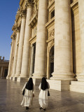 Nuns in Piazza San Pietro in Front of St.Peter's Basilica Fotografisk tryk af Will Salter