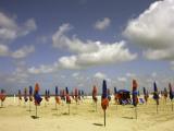 Red and Blue Beach Umbrellas on Deauville Beach Fotografie-Druck von Barbara Van Zanten