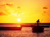 Boats on Sea at Sunset 写真プリント : トム・コックレム