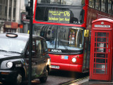 London Buses and Taxis in Heavy Traffic 写真プリント : トニー・バーンズ
