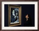 "Giovanna Bertazzoni Poses for Photographers in Front of 1903 Pablo Picasso's ""The Absinthe Drinker"" Impressão fotográfica emoldurada"