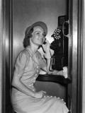 Smiling Woman Talking on Public Phone Fotografisk trykk av H. Armstrong Roberts