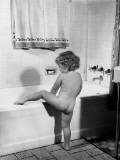 Baby Girl Climbing Into Bath Tub Reproduction photographique par H. Armstrong Roberts