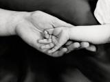 Holding Hands Fotografisk tryk af H. Armstrong Roberts