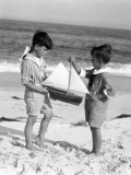 Two Boys Wearing Sailor Suits, Toy Sailboat Between Them Reproduction photographique par H. Armstrong Roberts
