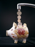 Money Pouring Into Piggy Bank Reproduction photographique par H. Armstrong Roberts