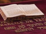Hebrew Bible in Fes Synagogue, Morocco Fotografisk tryk af William Sutton