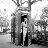 Lucinda in een telefooncel, Londen, 1959 Print van Georges Dambier