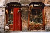 Fahrrad vor einem historischen Lebensmittelladen abgestellt, Siena, Toskana, Italien Poster