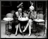 Mulher sentada em terraço de um café Impressão montada