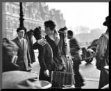 街頭でキスするカップル, パリ, 1950 パネルプリント : ロベール・ドアノー