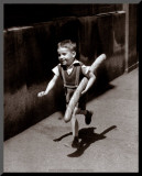 Petit Parisien Affiche montée sur bois par Willy Ronis