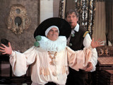 Louis de Funès and Yves Montand: La Folie Des Grandeurs, 1971 写真プリント : マルセル・ドール