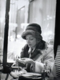 Marlène Dietrich (1901-1992) in a Café Fotografisk trykk av Luc Fournol