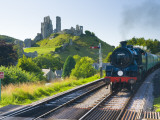 UK, England, Dorset, Corfe Castle and Station on the Swanage Railway Fotografie-Druck von Alan Copson
