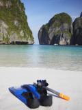 Snorkelling Equipment on Beach, Ao Maya, Ko Phi Phi Leh, Thailand Fotografie-Druck von Ian Trower