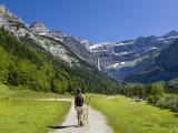 Kävelijä, De Gavarnien kierros, Pyreneiden kansallispuisto, Hautes-Pyrénées, Midi-Pyrénées, Ranska Valokuvavedos tekijänä Doug Pearson