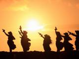 Silhouette of Hula Dancers at Sunrise, Molokai, Hawaii, USA Fotografisk trykk