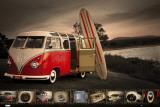 VW campeur avec planche de surf Affiche