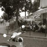 Cafe, Quai De L'Hotel De Ville, Marais District, Paris, France Stampa fotografica di Jon Arnold