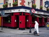 Pub in Temple Bar District in Dublin, Ireland; Fotografisk tryk af Carlos Sanchez Pereyra