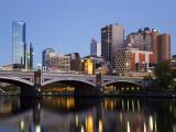 Australia, Victoria, Melbourne; Princes Bridge on the Yarra River, with the City Skyline at Dusk Reproduction photographique par Andrew Watson