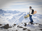 A Snowboarder at the Summit of Mount Affawat in Gulmarg, Kashmir, India Reproduction photographique par Julian Love