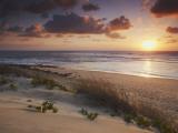 Sunrise on Tofo Beach, Tofo, Inhambane, Mozambique Fotografisk tryk af Ian Trower