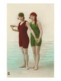 Due donne dai costumi da bagno verde e rosso Stampe