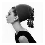 Vogue - August 1964 - Audrey Hepburn in Velvet Hat Fotografie-Druck von Cecil Beaton