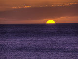 Setting Sun in the Pacific Ocean, Near the Island of Maui, Hawaii Fotoprint av Pete Ryan
