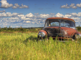 A 1950 Chevrolet Styleline Deluxe 4-Door Sedan Sits Idle in a Field Fotoprint av Pete Ryan