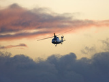 A Helicopter Comes in for a Landing Fotoprint av Pete Ryan